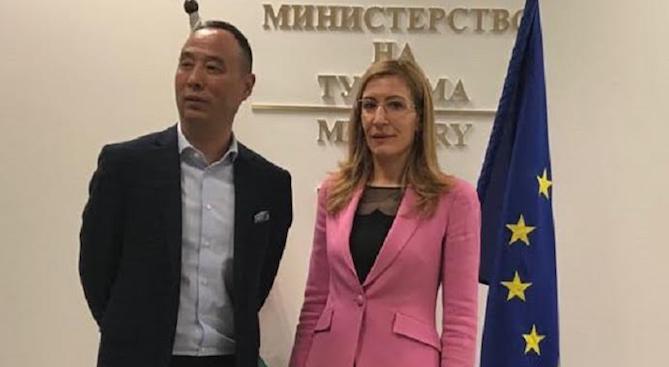 """Ангелкова презентира възможностите за инвестиции в туризма пред представители на """"Хайнан еърлай"""