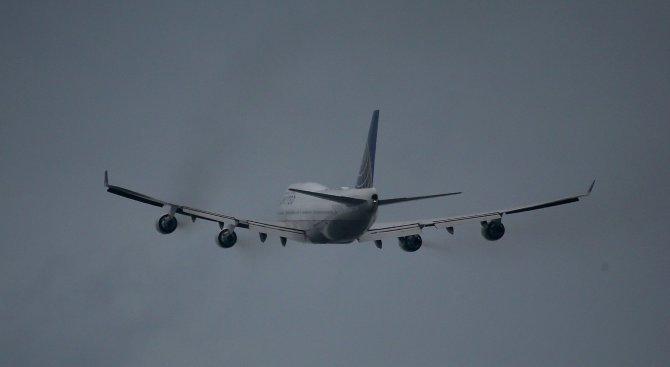 Китайски самолет кацна извънредно заради пътник, заплашил стюардеса