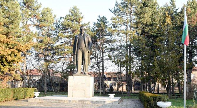 Паметник на Ленин в цял ръст впечатлява преминаващи покрай русенско село (снимки)