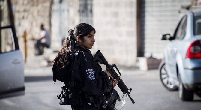 Израелска полицайка пострада от коктейл Молотов, хвърлен от палестинец (видео)