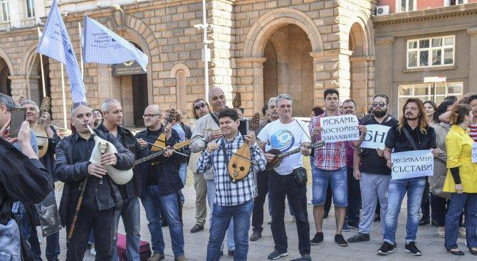 Музикантите от БНР протестираха пред Министерски съвет (снимки)
