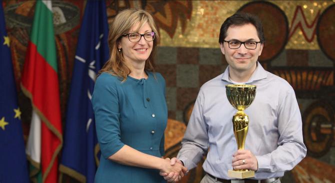 Вицепремиерът Захариева връчи купата на победителя в Първия турнир по шахмат за дипломати