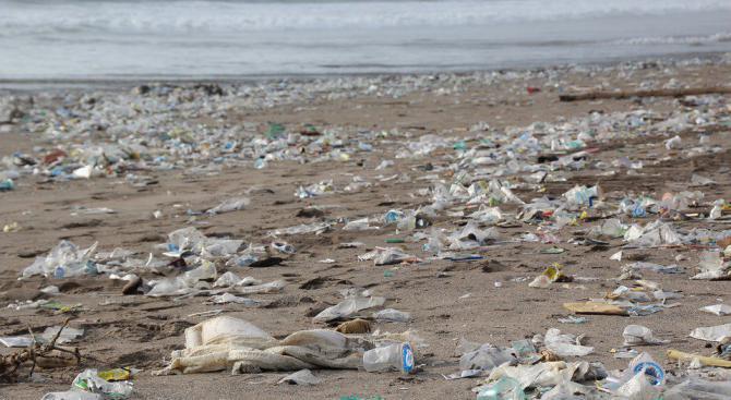 Хартиена бутилка може да спаси океаните от замърсяване с пластмаса