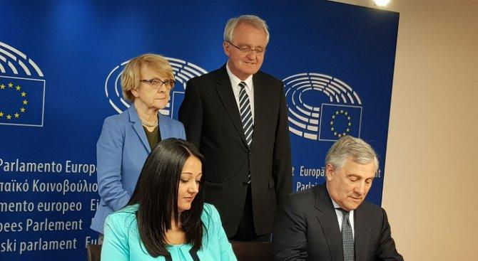 Лиляна Павлова и Антонио Таяни подписаха промените в Регламента за политическите партии на ЕС