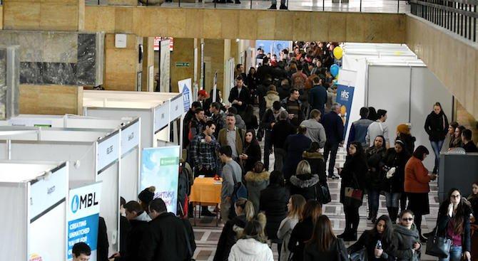 Университетите привличат кандидат-студенти с екскурзии, таблети, отстъпки