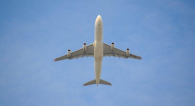 Китайски самолет кацна аварийно заради счупено предно стъкло на пилотската кабина