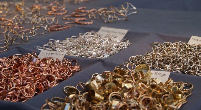 Митничари спипаха контрабандни злато и тютюневи изделия