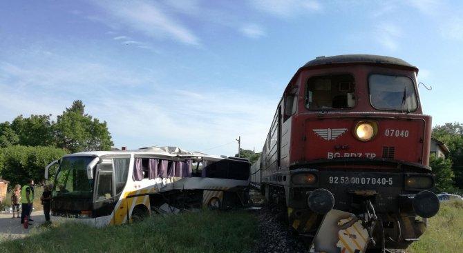 Влак блъсна автобус край Симеоновград, има ранени (обновена+снимки)