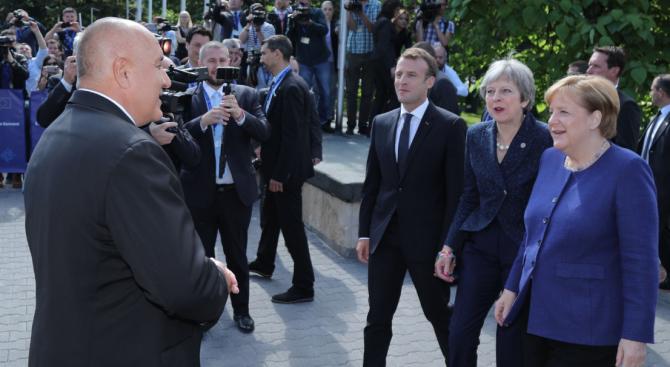 Започна историческата Среща на върха! Меркел, Макрон и Мей се разходиха по Моста на влюбените (видео