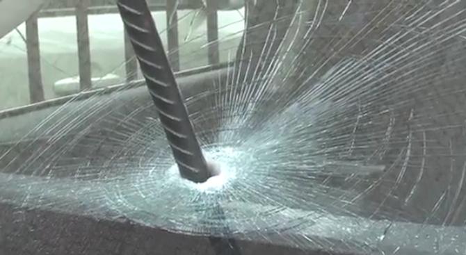 Мъж заби метален прът в колата на новия любим на бившата си (видео)