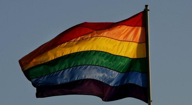 Знаме на ЛГБТ общността в британското посолство разгневи Беларус