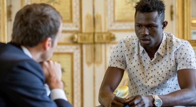 Френско гражданство и медал за имигранта, спасил висящо от балкон дете (снимки)