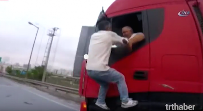Екшън с български тираджия в Истанбул, турчин му налетя на бой (видео)