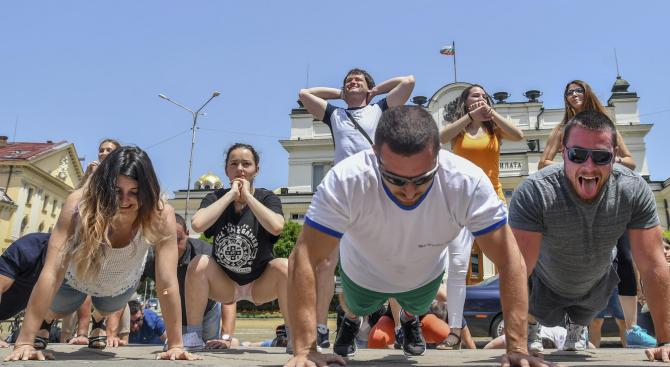 Спортуващи ентусиасти правиха лицеви опори пред Парламента (снимки)