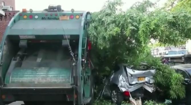 Боклукчийски камион в Бруклин помете 9 автомобила (видео)