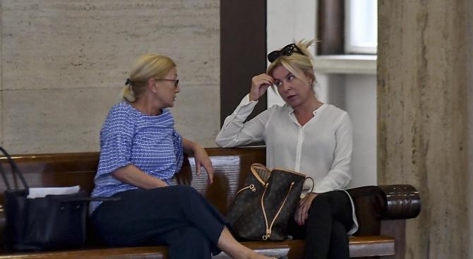 Гледат делото срещу балдъзата на Брендо (снимки)