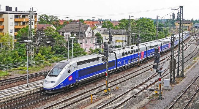 Бебе се роди в парижки влак и ще се вози безплатно, докато стане на 25 години