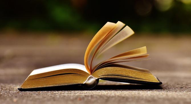 """Учениците четат """"Под игото"""" с речник"""