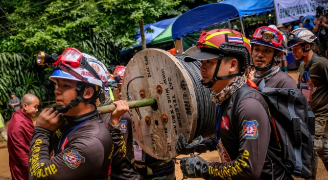 Откриха живи всички тайландски младежи, които бяха в неизвестност от девет дни в наводнена пещера (снимки)