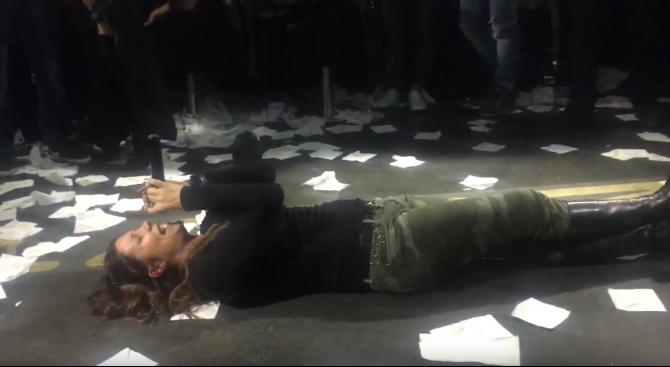 Кали пя легнала в дискотека, зарината от салфетки (видео)
