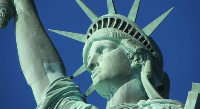 Жена се качи на Статуята на свободата и предизвика евакуация (видео)