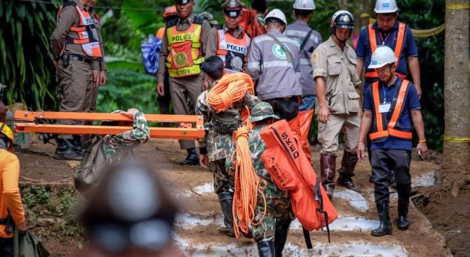 Надпревара с времето за спасяването на блокирания в пещерата тайландски футболен отбор поради очаквани нови валежи