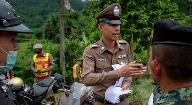 Започна операцията по изваждането на 12-те деца от пещерата в Тайланд (снимки)