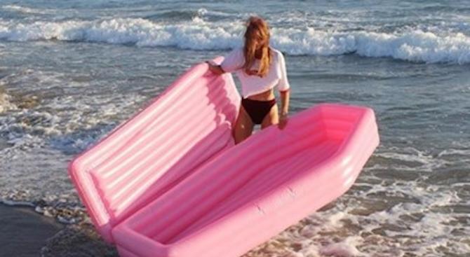 Дизайнер предлага надуваеми розови дюшеци с формата на ковчег