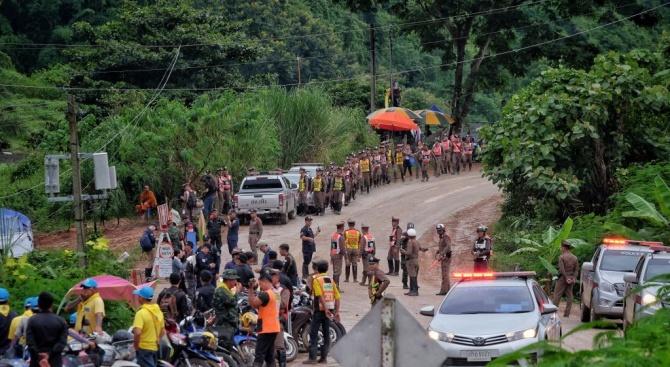 Четири момчета вече са изведени от тайландската пещера (обновена+снимки)