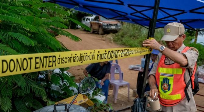 Петимата, които остават в пещерата в Тайланд, все още са добре