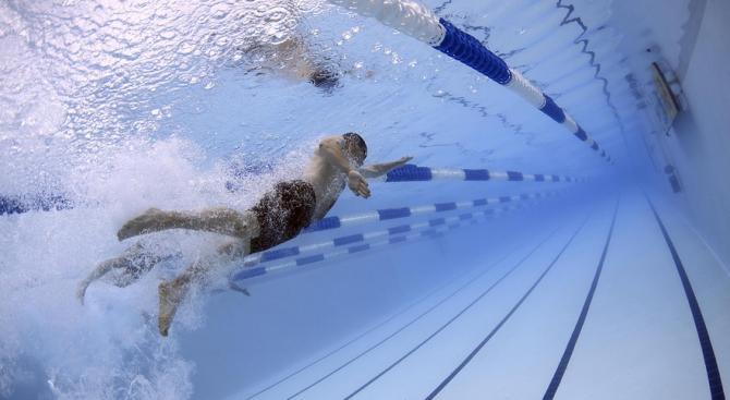 Треньор и спасител с ценни съвети за ползването на басейн