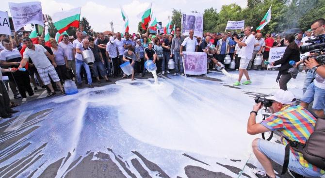 Животновъди блокираха за кратко главния път София - Варна (снимки)