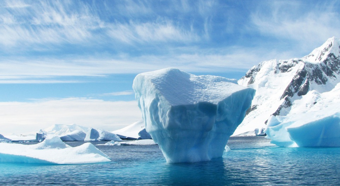Огромен айсберг застрашава село в Гренландия