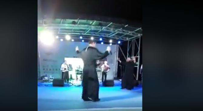 """Свещеници взривиха социалните мрежи с песента  """"Ако умра ил загина"""" (видео)"""