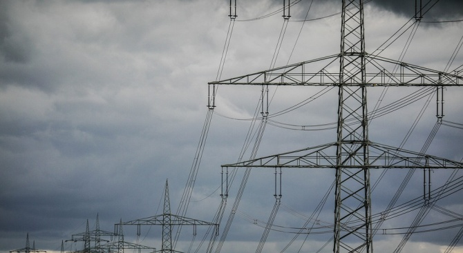 Износът на ток се покачва, потреблението продължава да спада