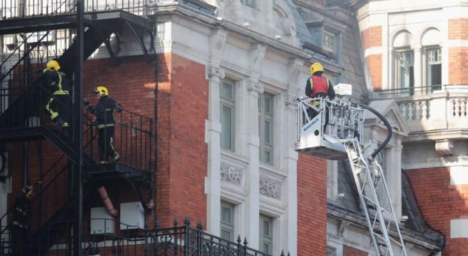 Жилищен блок пламна в Лондон. 50-на души са евакуирани посред нощ (видео)