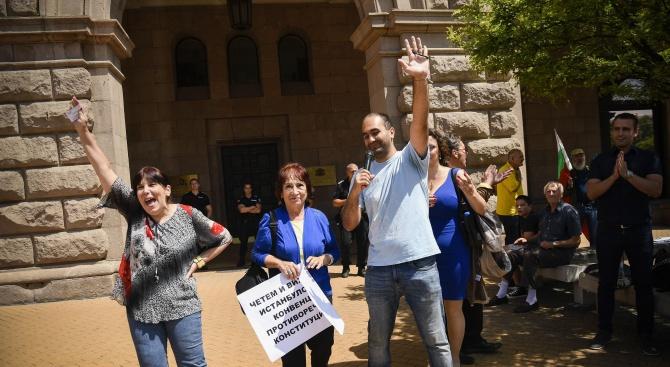 Противници на Истанбулската конвенция ликуват след решението на Конституционния съд (снимки)