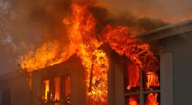 Голям пожар се разрази в хотел в турския курорт Кушадасъ