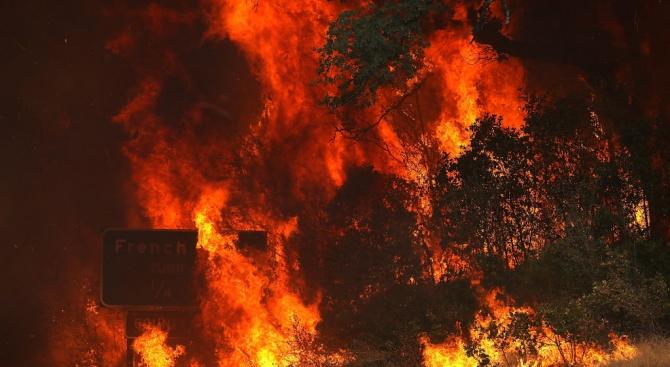 Хиляди евакуирани заради бързо напредващ пожар в Южна Калифорния