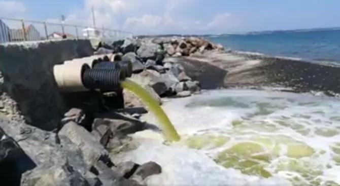 Зелена течност се излизва от тръба в морето край Бургас (видео)