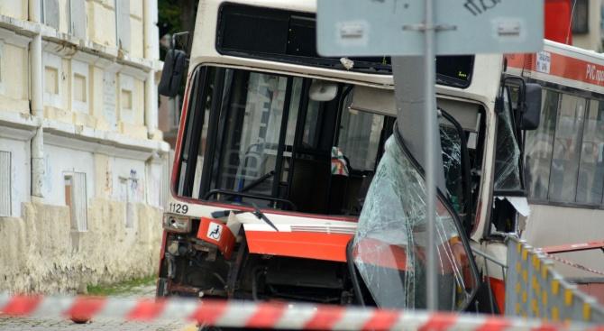 Автобус се заби в стълб в Пловдив