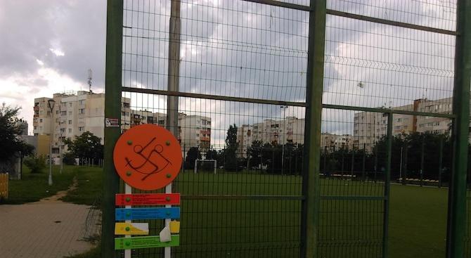 Вандали рушат новоизградена детска площадка в София (снимки)