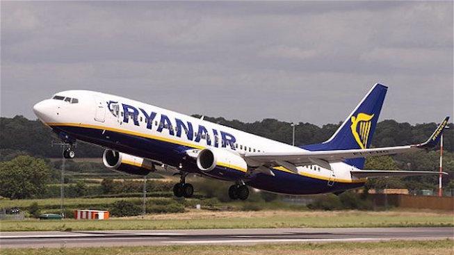 Запалил се мобилен телефон евакуира пътниците от самолет на Райънеър в Барселона (видео)