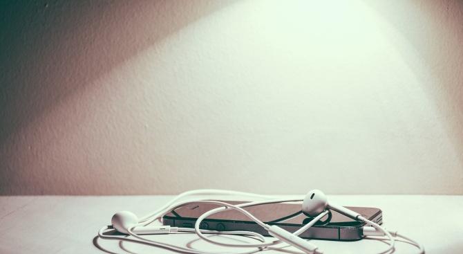 Баща използва слушалки за пъпната връв на преждевременно роденото си бебе