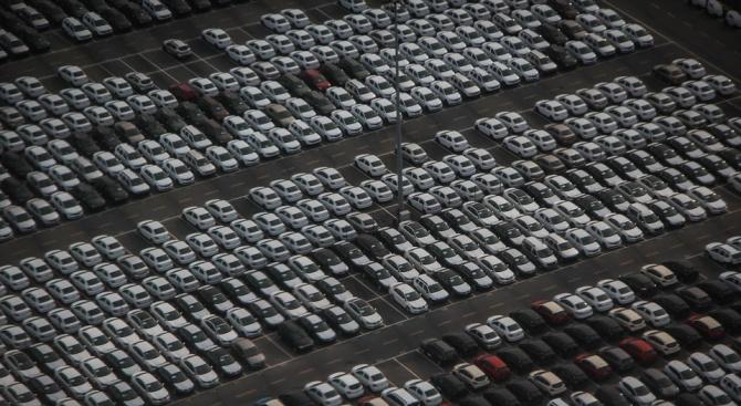 Вносът на автомобили в Китай се сгромоляса