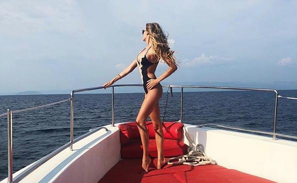 Мис България замина на романтична почивка в Гърция