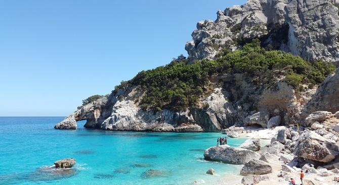 Глобиха с над 1000 евро турист на остров Сардиния за кражба на пясък