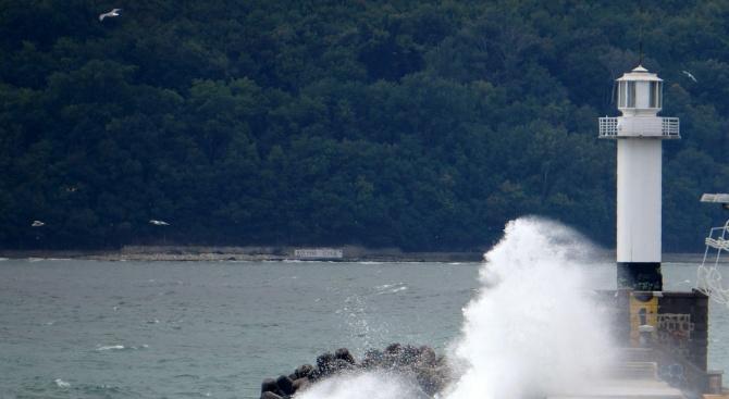 Възобновиха се издирването на децата, паднали в морето от вълнолома във Варна
