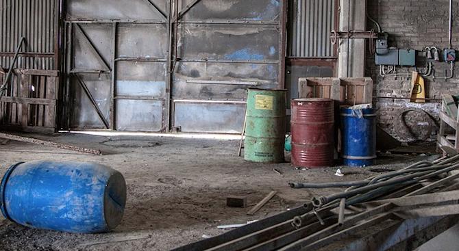 Изверг натъпка трупове на животни във варели