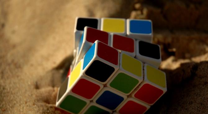 Младеж нареди шест кубчета на Рубик под вода на един дъх (видео)